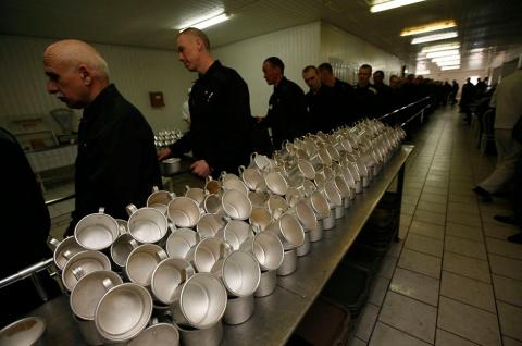 Арестанты московского СИЗО пожаловались на исключение шашлыков и тортов из меню