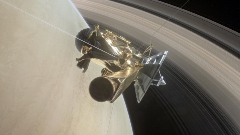 Аппарат Cassini совершил опасный маневр через кольца Сатурна