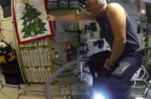 Российский космонавт пролетел по МКС на пылесосе