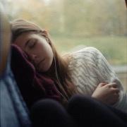 Утро. Автобус. Спит девушка.…