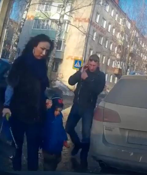 Родители перевозят ребенка в…