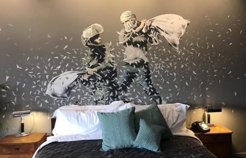Художник Бэнкси открыл гостиницу возле израильской разделительной стены в Вифлееме
