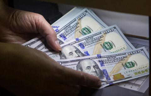 Курс доллара упал до 56 рубл…