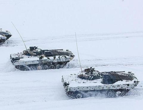 Белорусские танкисты использовали газеты для зимнего камуфляжа