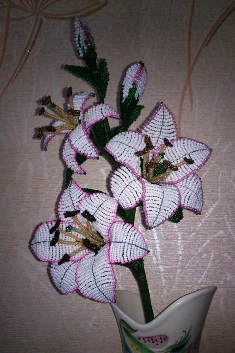 веточку лилии из бисера.