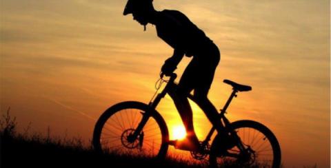 Школьник на велосипеде догна…