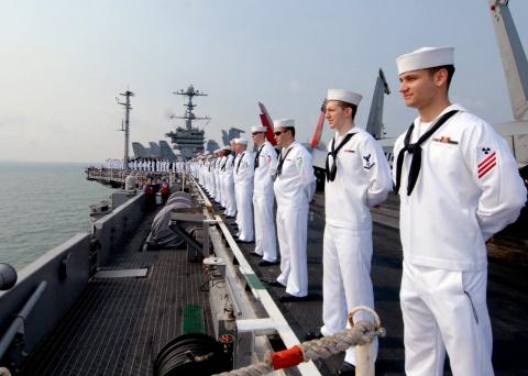 Офицеры ВМС США выдавали вое…