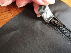 Обрабатываем карманы на молнии в подкладке сумки