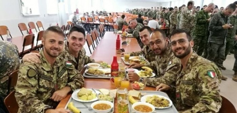 Как Латвия кормит солдат НАТ…