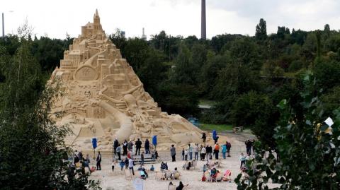 В Германии построили 17-метровый замок из песка, ставший новым рекордсменом