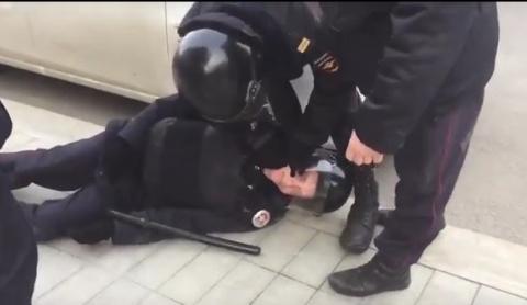 Соратники Навального убили полицейского на незаконном митинге