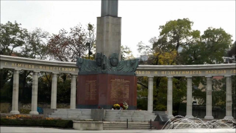 В центре Будапешта митингующие осквернили памятник советским солдатам-освободителям