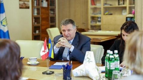 Аваков призвал СМИ не лезть …