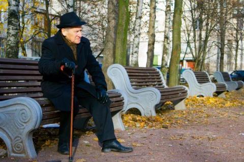 Этот старик сидел и плакал п…
