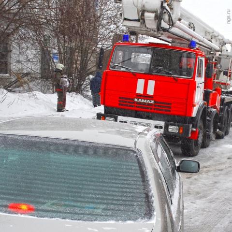 """СМИ: пожарным и скорой могут разрешить """"таранить"""" машины во дворах"""