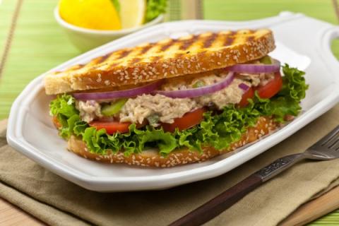 Острый сэндвич с тунцом, ово…