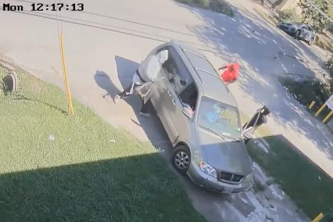 Злоумышленники расстреляли двух мужчин и выбросили из авто женщину с ребенком в Хьюстоне