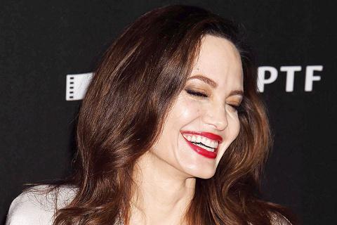 Собравшаяся в четвертый раз замуж, Анджелина Джоли выглядит влюбленной и счастливой