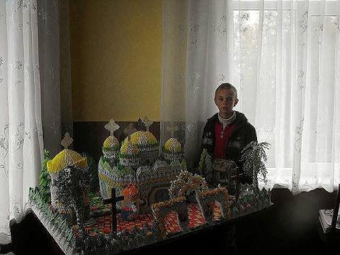 Саша живёт в детском доме и увлекается оригами. Вот какое чудо он сделал из бумаги своими руками.Давайте не будем равнодушны поставим класс.