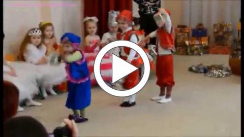 Зачетный танец синего гнома на утреннике в детском саду