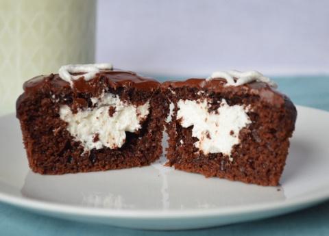 Шоколадные кексы с творожным центром