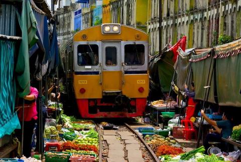 Меклонг: рынок на рельсах   …