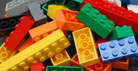 Он распилил деталь Lego надв…