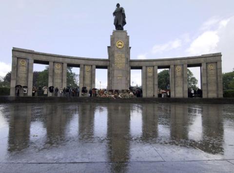 Мемориал с памятником солдату Красной Армии в Тиргартене, Берлин