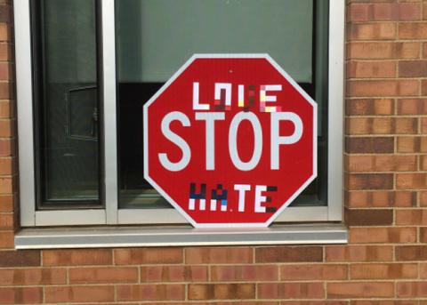 Стикеры на дорожных знаках запутали автопилот автомобилей