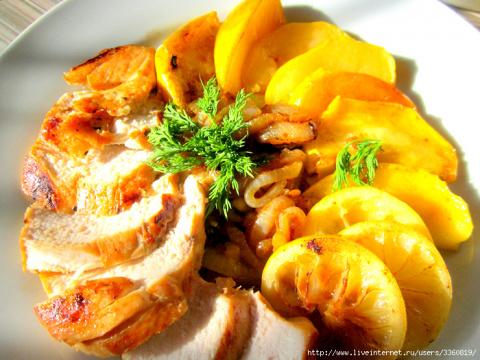Куриная грудка с карамельным луком и яблоками