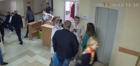 Женщина вошла в больницу с п…
