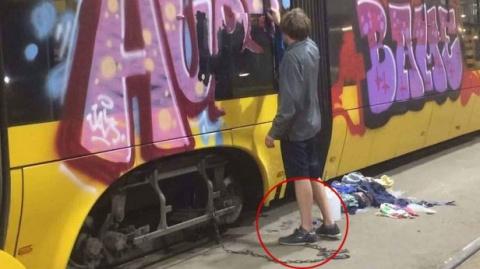 """""""Побратымы"""" в бешенстве: в Варшаве поймали вандала из Украины - приковали на цепь и заставили отмывать """"художества"""""""