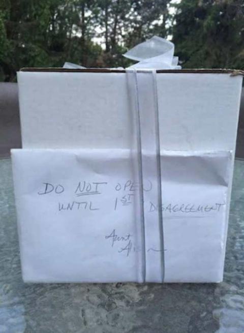 Спустя 9 лет, они нашли нераспакованный подарок со свадьбы. Он оказался самым ценным!