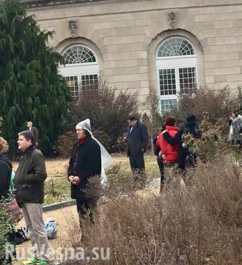 Не пропустили: Саакашвили пришлось наблюдать церемонию инаугурации Трампа из кустов за забором (ФОТО)