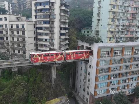 В Китае поезд проезжает прям…
