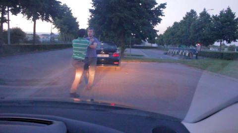 Шокирующая разборка на дороге в Бельгии. Жесть!