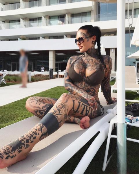 Девушка с татуировкой... которая абсолютно повсюду