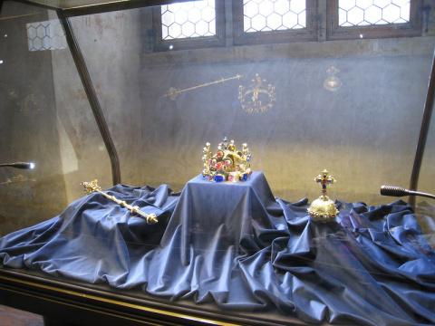 Мстительные короны  монархов…