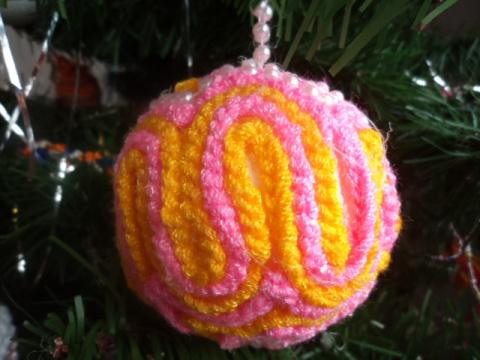 за основу берем пенопластовый шарик и обклеиваем его веревочкой связанной крючком и бусами