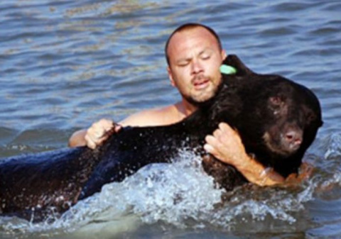 Медведь тонул в воде. От тог…