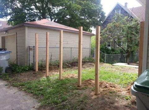 Сосед взял 6 деревянных кольев и вбил в землю… Вечером я оперативно осматривал шедевр!