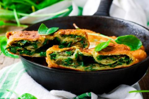 Пирог на сковороде с летней зеленью