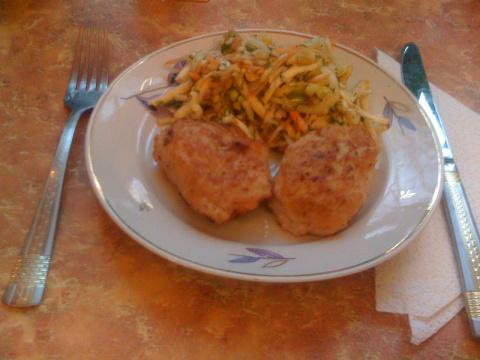 Котлеты из кальмаров с овощным салатом