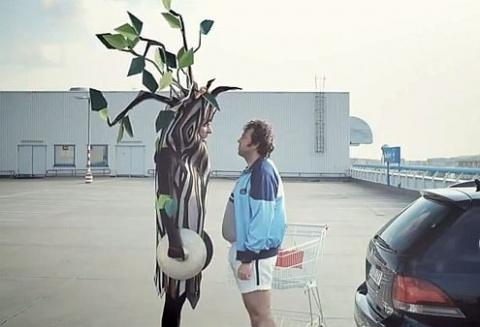 На помощь Volkswagen призвали человека-дерево