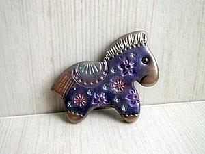 Новогодняя лошадка из полимерной глины.