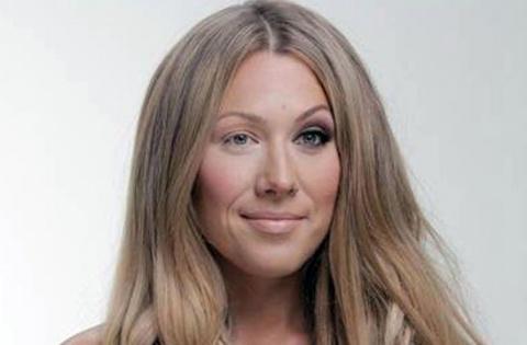 Американская певица призвала девушек быть собой и стерла макияж перед камерой