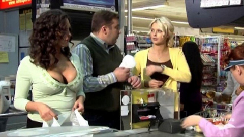 - Пойди помоги женщине с дынями...