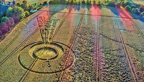Загадочный круг на поле в Эс…