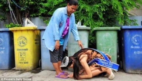 Тайская королева красоты стала на колени перед матерью, работающей дворником