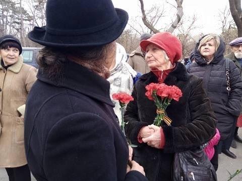 В Одессе людей с цветами не пускают на Аллею Славы